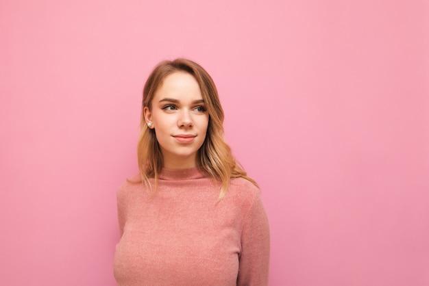 Portrait jeune femme avec pull rose