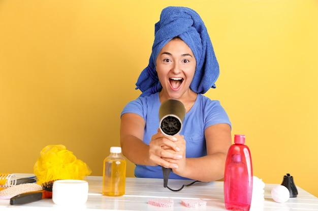 Portrait de jeune femme de race blanche dans sa journée de beauté, routine de soins de la peau et des cheveux