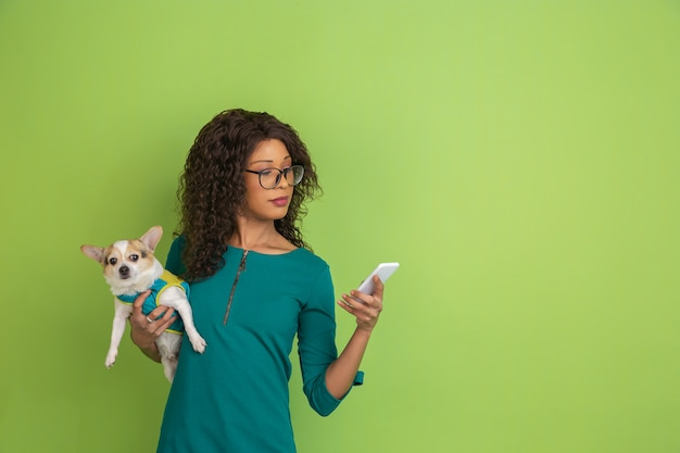 Portrait de jeune femme de race blanche avec des émotions vives sur vert