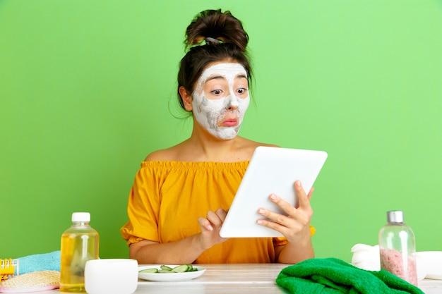 Portrait de jeune femme de race blanche en journée de beauté, routine de soins de la peau et des cheveux