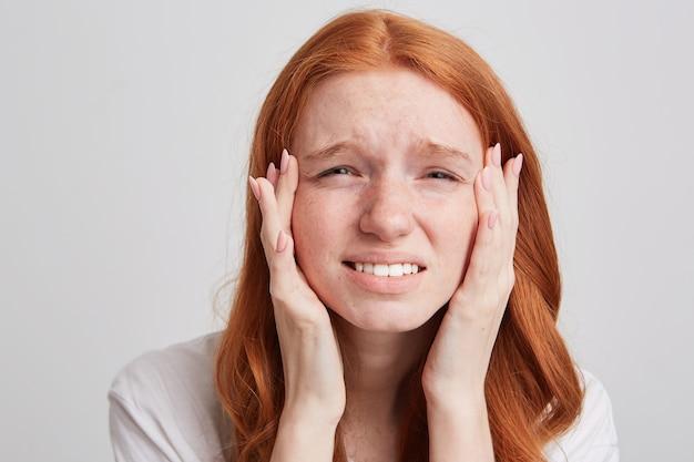 Portrait de jeune femme rousse excitée heureuse aux cheveux longs