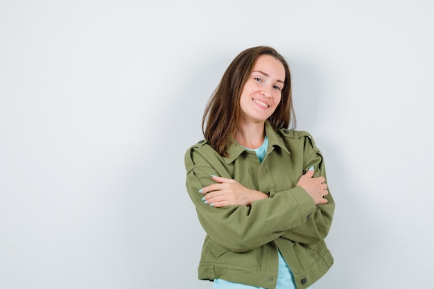 Portrait de jeune femme s'embrassant dans un t-shirt, une veste et une jolie vue de face