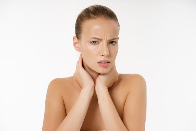 Portrait d'une jeune femme s'ennuie sans maquillage