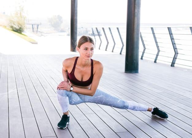 Portrait, de, a, jeune femme, s'étirant jambe, pendant, exerce