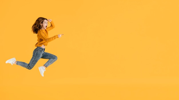 Portrait jeune femme sautant avec espace copie