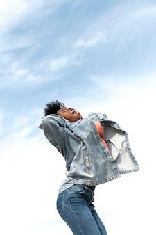 Portrait jeune femme sautant