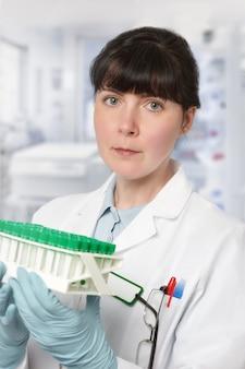 Portrait d'une jeune femme scientifique ou tech