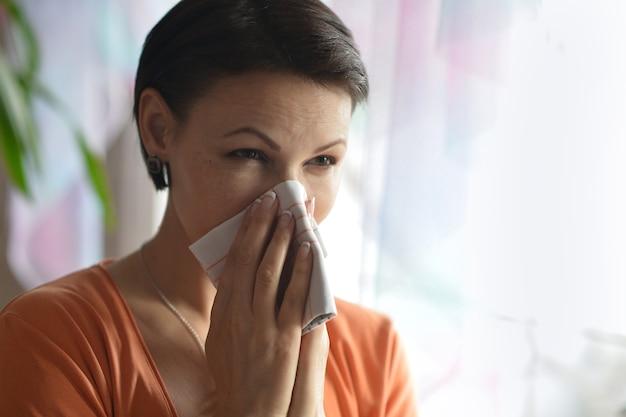 Portrait de jeune femme se sent malade à la maison