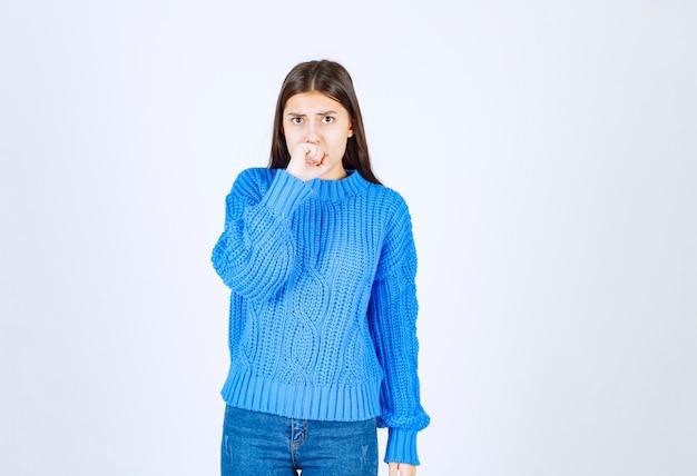 Portrait de jeune femme se sentant effrayée sur blanc.