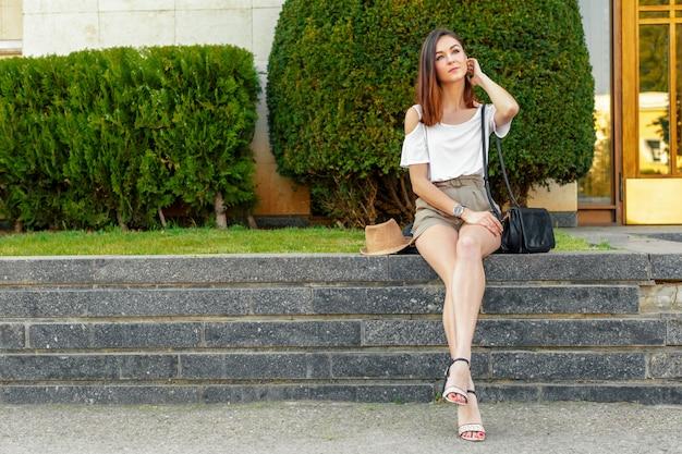Portrait d'une jeune femme séduisante dans une rue par une journée ensoleillée
