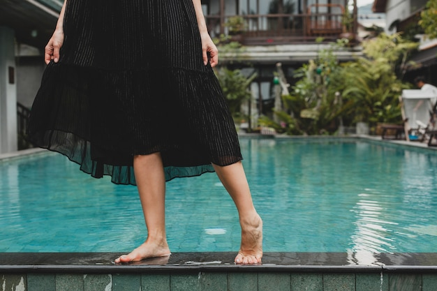 Portrait de jeune femme séduisante en robe élégante, chapeau de paille, style estival, tendance de la mode, vacances, souriant, accessoires élégants, lunettes de soleil, posant sur villa tropicale à bali