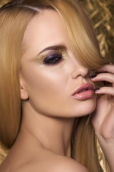 Portrait de jeune femme sensuelle touchant son visage