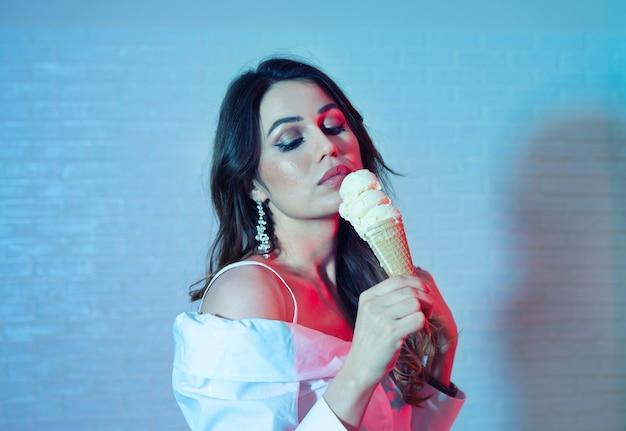 Portrait de jeune femme sexy avec cornet de crème glacée, effet duotone tendance
