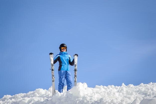 Portrait de jeune femme skieur vêtu d'une combinaison de ski bleue