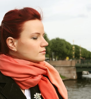 Portrait d'une jeune femme solitaire en plein air sur le pont