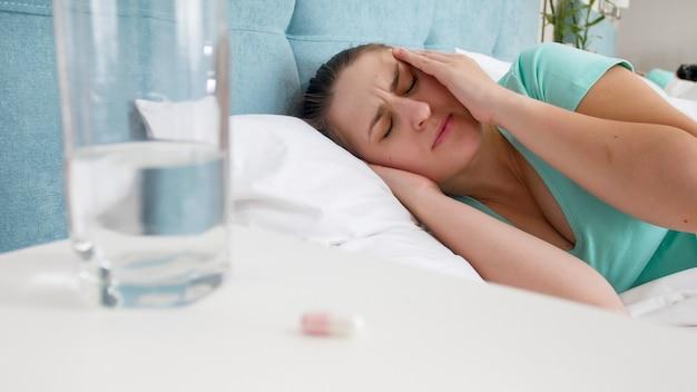 Portrait de jeune femme souffrant de migraine souffrant de maux de tête.