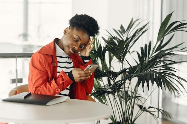 Portrait de jeune femme souriante assise au bureau