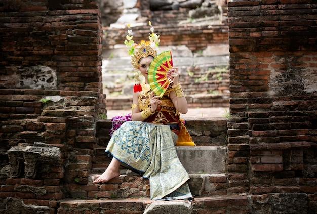 Portrait de jeune femme souriante en costume traditionnel balinais