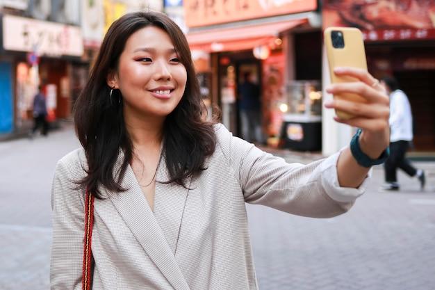 Portrait de jeune femme souriante dans la rue