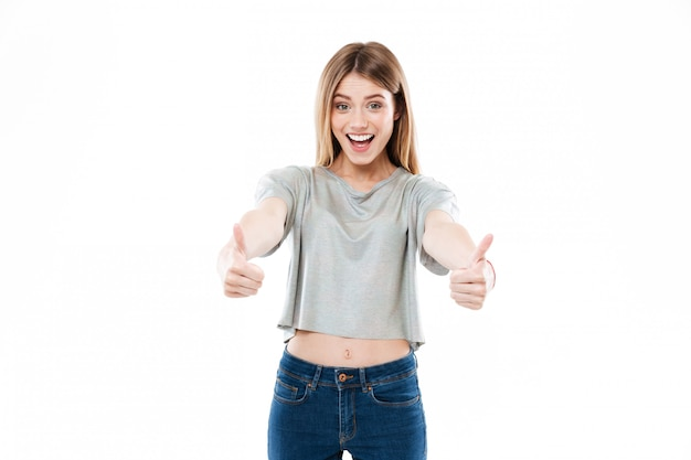 Portrait d'une jeune femme souriante heureuse debout