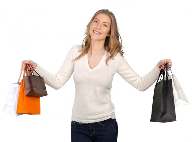 Portrait de jeune femme souriante heureuse avec des sacs à provisions