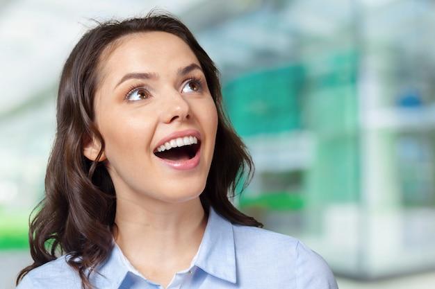 Portrait d'une jeune femme souriante heureuse
