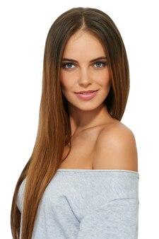 Portrait de jeune femme souriante isolé sur blanc