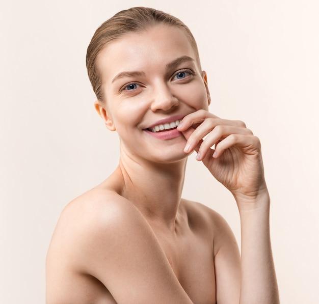 Portrait de jeune femme souriante. soins de santé, concept de soins de la peau