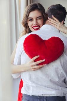 Portrait d'une jeune femme souriante tenant son petit ami