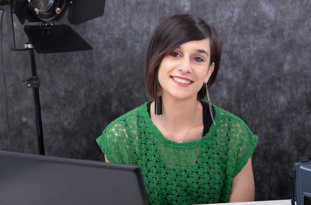 Portrait de jeune femme souriante travaillant