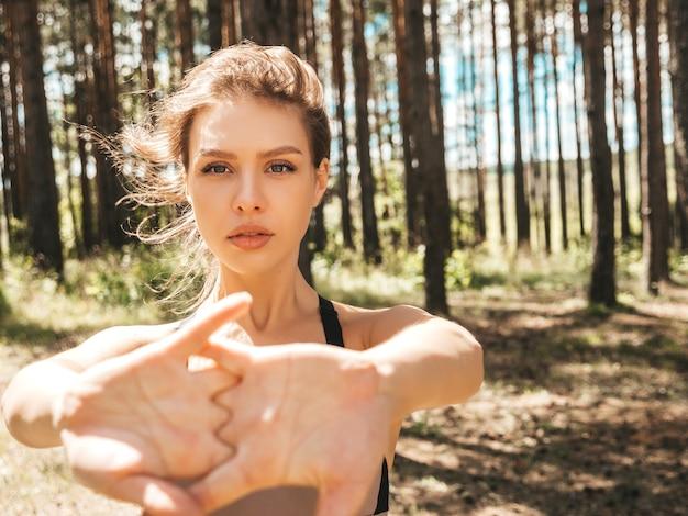Portrait de jeune femme sportive concentrée dans le parc