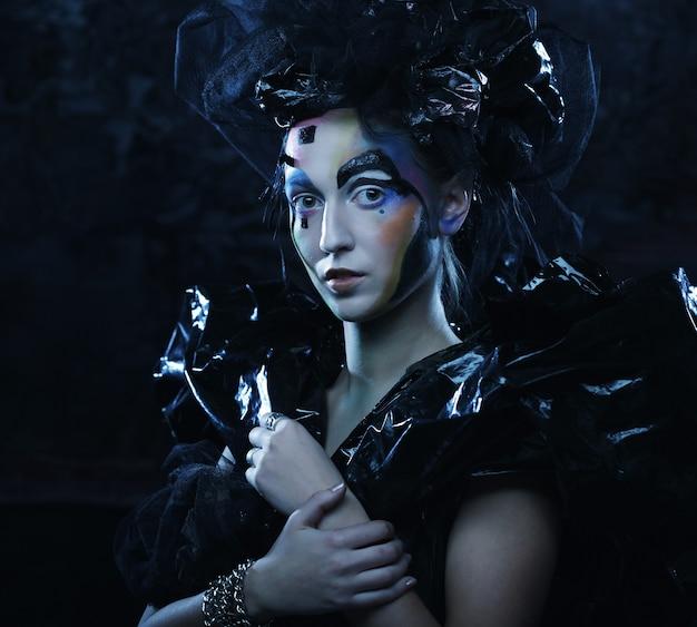 Portrait de jeune femme stylisée avec visage créatif. fête d'halloween.