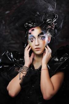 Portrait de jeune femme stylisée avec visage créatif.