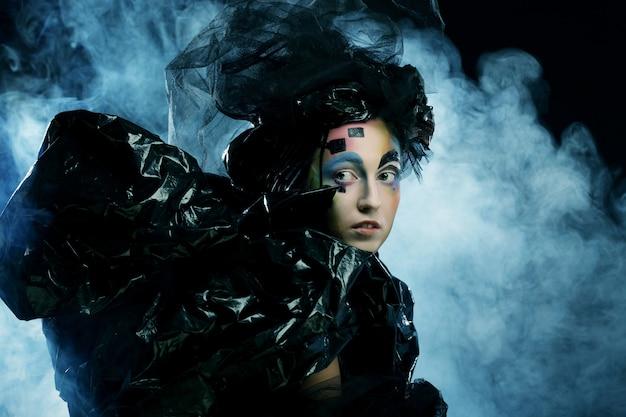 Portrait de jeune femme stylisn avec visage créatif