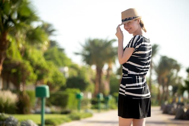 Portrait de jeune femme en sunhat