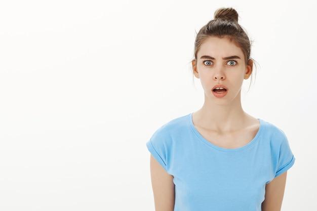 Portrait de jeune femme surprise et confuse ne peut pas comprendre ce qui s'est passé