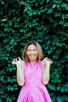 Portrait d'une jeune femme surprise heureuse avec les taches de rousseur. beauté naturelle.