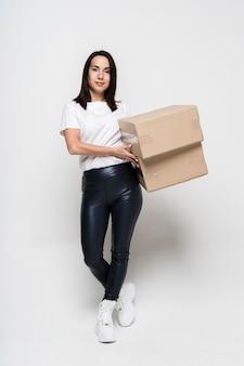 Portrait de jeune femme tenant des boîtes en carton