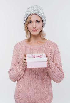 Portrait de jeune femme tenant un cadeau
