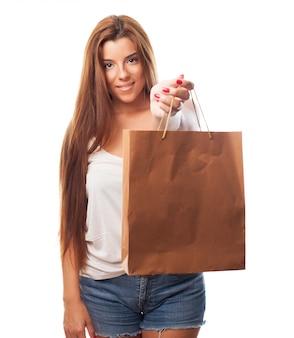 Portrait d'une jeune femme tenant un sac à provisions