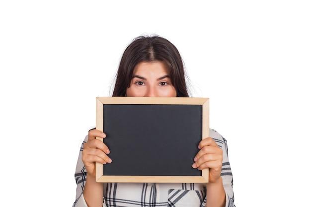 Portrait de jeune femme tenant un tableau vide