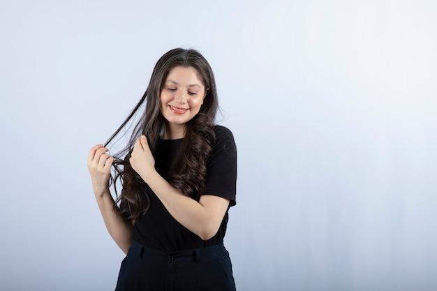 Portrait de jeune femme en tenue noire se sentir heureux.