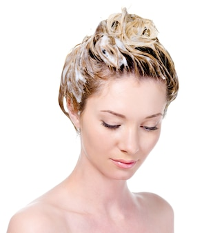 Portrait de jeune femme avec tête savonneuse regardant vers le bas - isolé sur blanc