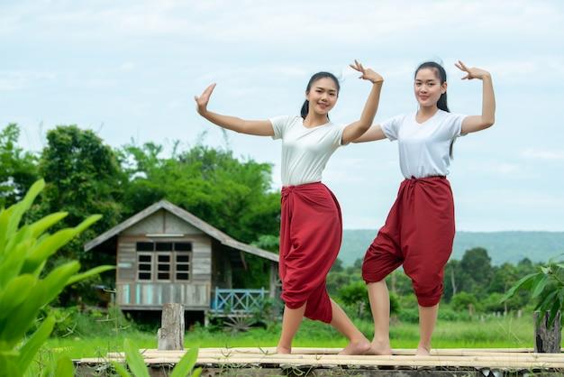 Portrait d'une jeune femme thaïlandaise dans la culture artistique thaïlande danse, thaïlande