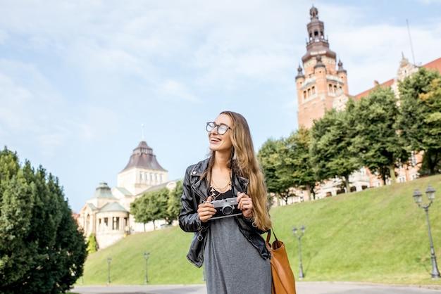 Portrait d'une jeune femme touriste sur la terrasse haken voyageant dans la ville de szczecin en pologne