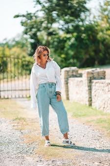 Portrait de jeune femme touristique attirante à l'extérieur