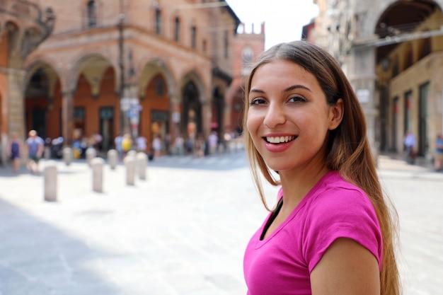 Portrait jeune femme touristique dans la vieille ville médiévale italienne