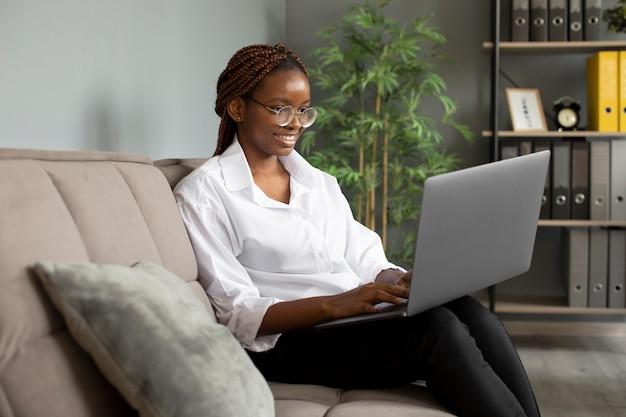 Portrait de jeune femme travaillant sur son ordinateur portable dans une entreprise en démarrage