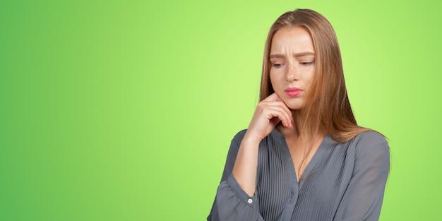 Portrait de jeune femme triste déprimée