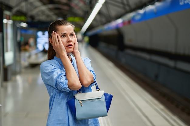 Portrait de jeune femme triste à l'intérieur du métro de métro.